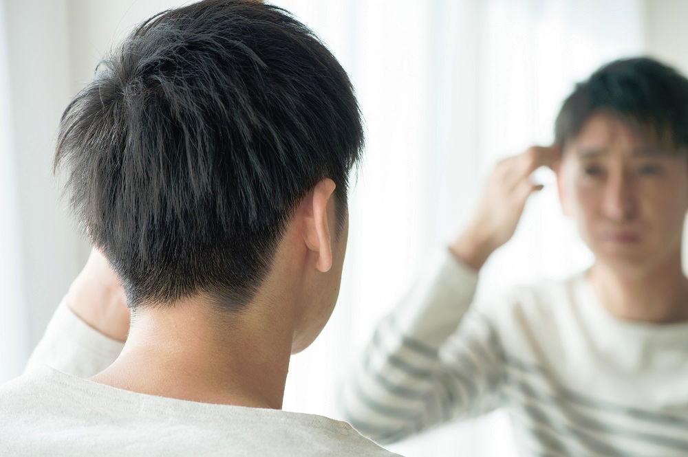猫っ毛[男性]てっぺんに薄く線のように地肌が見える・・・。